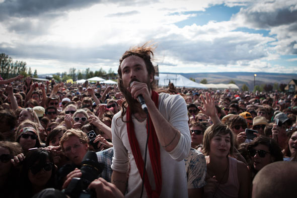 Edward Sharpe Magneticly attracts a crowd