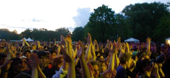 crowd dreams of Pavement