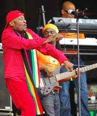 Jimmy Cliff, bustin' some moves