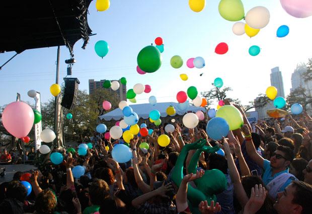 Matt & Kim bring the balloons