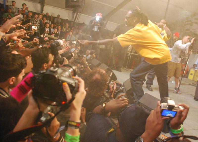 Snoop passes the dutchie